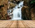 Drevený doska prázdny stôl rozmazať vodopád v les môcť byť použitý zobraziť alebo montáž váš produkty