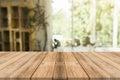 Drevený doska prázdny stôl pred rozmazané