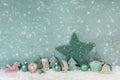 Drevený vianočné pozadie mäta zelený so snehom