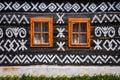Dřevěná okna na stěně dřevěnice