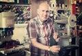Obrero algunos de zapatos
