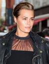 Yasmin le bon arriving for the launch night of julius caesar at the noel coward theatre london picture by alexandra glen Royalty Free Stock Image