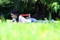 Ybeautiful młody studencki używa laptop na trawie Zdjęcia Stock