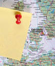 Yellow Note and red pin on map Royalty Free Stock Photo