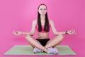 Yoga mulher calma que relaxa com olhos fechados meditation Imagem de Stock Royalty Free