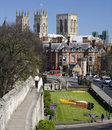 York Minster et mur de ville - York - Angleterre Images stock