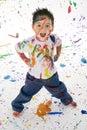 Mladý chlapec pokrytý v maľovať drmolit