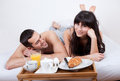 Young couple eating breakfast in bed Royalty Free Stock Photos