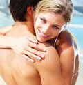 Young couple hugging eachother on the beach Royalty Free Stock Photography