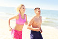 Young couple jogging along the beach Royalty-vrije Stock Fotografie