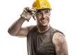 Joven sucio obrero hombre duro casco