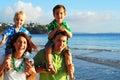 Joven familia en playa en mañana