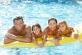 Mladý rodina rodičia v bazén