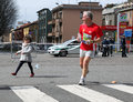 Young girl runs giving water to his father competition milano city marathon Stock Photography