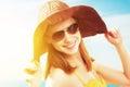Mladý šťastný žena na pláž v slnečné okuliare a klobúk
