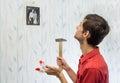 Giovane uomo appeso su muro