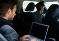 Mladý muž v limuzína přenosný počítač počítač