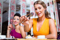 Young people eating sushi in asia restaurant Royalty-vrije Stock Fotografie