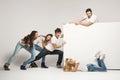 Mladý lidé tlačení bílý deska