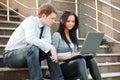 Mladý obchod prenosný počítač na kroky