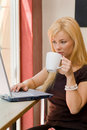 Young woman with a laptop at a cafe Royalty Free Stock Photos