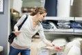 Mladá žena nakupovanie nábytok v nábytok uchovávajte
