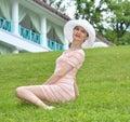 Joven mujer en verde hierba