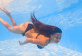 Young woman swimming underwater in the pool Royalty Free Stock Images