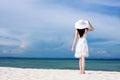 Joven mujer en blanco vestir en playa