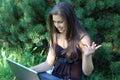 Z laptopem ładna młoda dziewczyna Zdjęcia Royalty Free