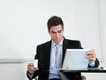 Zakenman with coffee cup die digitale tablet gebruiken Stock Afbeelding