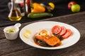 Zalmlapje vlees met groenten en kruiden Stock Afbeeldingen