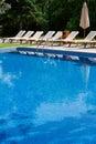 Zitkamers bij pool Royalty-vrije Stock Afbeelding