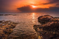 Zonsondergang over het overzees en rocky coast Stock Fotografie