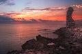Zonsondergang over het overzees en rocky coast met oude ruïnes Stock Afbeelding