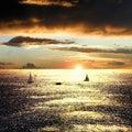 Zonsondergang over het overzees met boten Royalty-vrije Stock Afbeelding