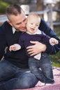 Zuigelingsjongen en jonge militaire vader play in het park Royalty-vrije Stock Fotografie