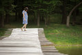 Zwangere dame die op brug op haar buik letten Stock Foto