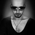 Zwart witte foto van de sterke kaukasische mens met baard en zon Royalty-vrije Stock Foto's