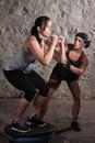 Zwei Frauen im Matte-Lager-Schwerpunkt-Training Stockbilder