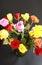 Stock Image :  Ζωηρόχρωμα τριαντάφυλλα κατά την πράσινη τοπ άποψη βάζων