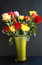 Stock Image :  Ζωηρόχρωμα τριαντάφυλλα στο πράσινο βάζο