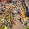 Stock Image :  Μεγάλο πλήθος των κινούμενων ανθρώπων στην αγορά λουλουδιών Mullik Ghat