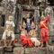 Stock Image :  Μη αναγνωρισμένοι Καμποτζηανοί στο εθνικό φόρεμα θέτουν για τους τουρίστες σε Angkor Wat
