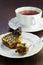 Stock Image :  Μια φέτα του κέικ με ένα φλυτζάνι του τσαγιού