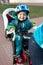 Stock Image :  Μικρό παιδί στο ποδήλατο καθισμάτων πίσω από τη μητέρα