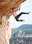 Stock Image :  Ορειβάτης βράχου σε έναν απότομο βράχο