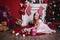 Stock Image : Παίζοντας κορίτσι κοντά στο χριστουγεννιάτικο δέντρο