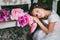 Stock Image :  Πορτρέτο ενός χαριτωμένου μικρού κοριτσιού στον κήπο