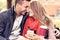 Stock Image :  Ρομαντικό ζεύγος σε έναν πάγκο με το smartphone στο πάρκο
